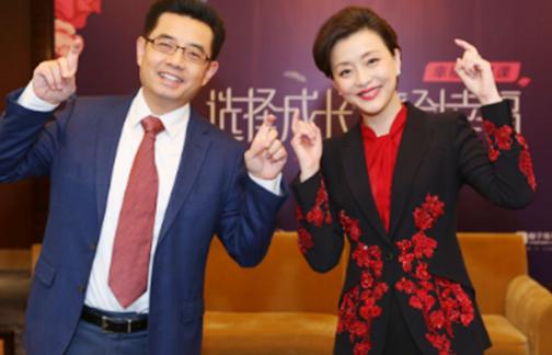何健博士与杨澜女士合影